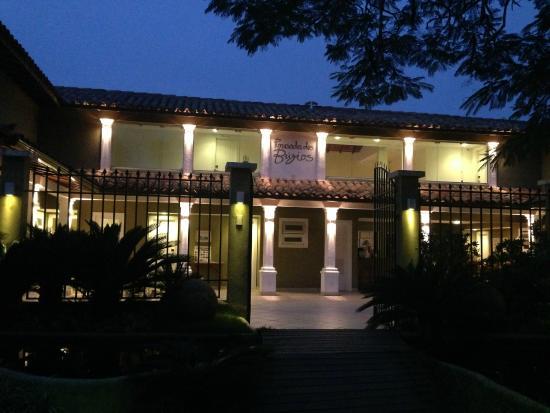 Pousada dos Buzios: Entrance at night.