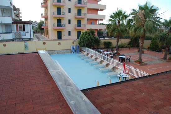 Gioiosa Marea, Italia: La piscina vista da una camera dell'hotel