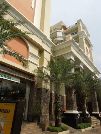 LK Residence: main entrance