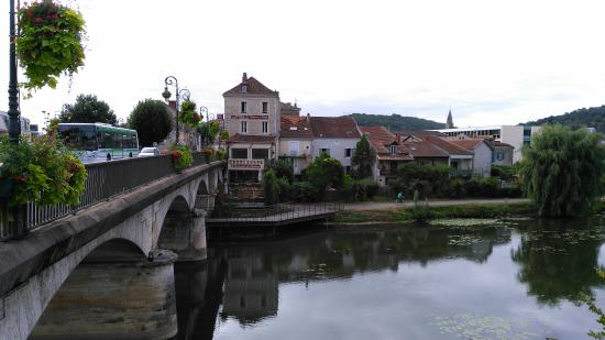 Puente y hotel des Barris