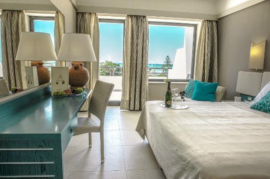 camera superior vista piscina mare picture of sentido acacia marina marina di ragusa. Black Bedroom Furniture Sets. Home Design Ideas