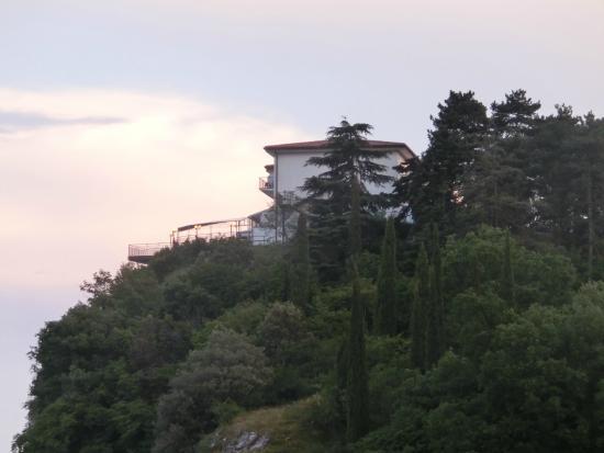 Hotel Paradiso: Blick aus dem Dörfchen Pieve auf das Hotel