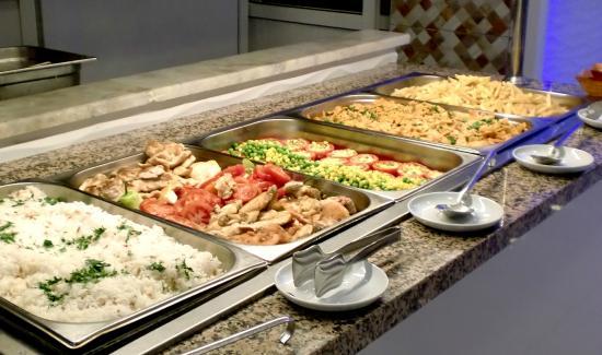 Hotel Sunberk: Warm eten.  De kok vult regelmatig aan.