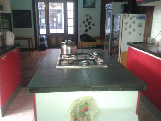 Santiago Backpackers Hostel: Cocina de uso libre.