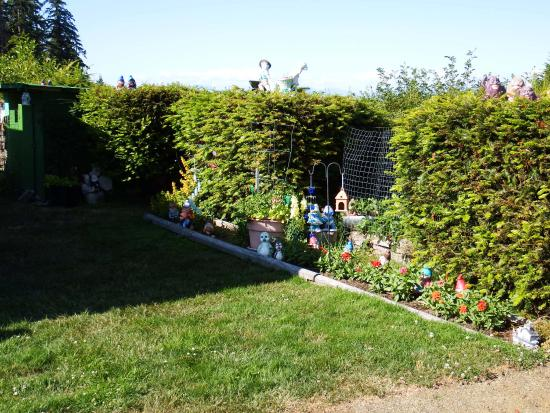 Pacific Playgrounds International RV Park, Cottages, Marina: Resident garden