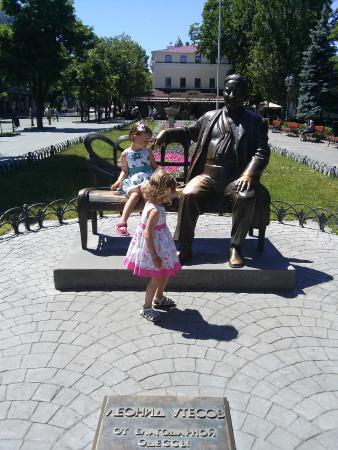 Monument to L. Utesov: памятник Утесову