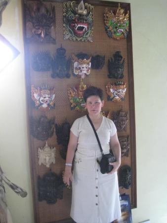 Masters of Bali: Это стенд с масками.Я не согласилась на крокодиловое дерево.
