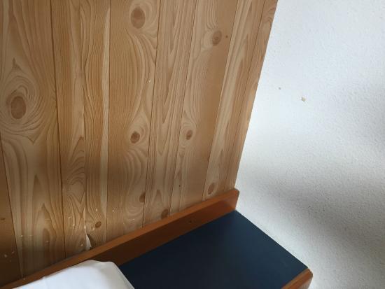 Papier peint déchiré et taches au mur   Picture of Kyriad Direct