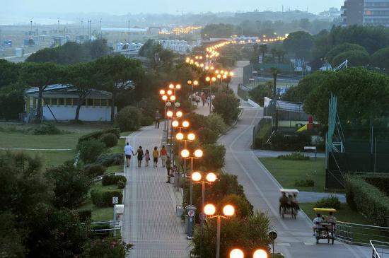 Hotel Golf: La passeggiata lungomare di Bibione