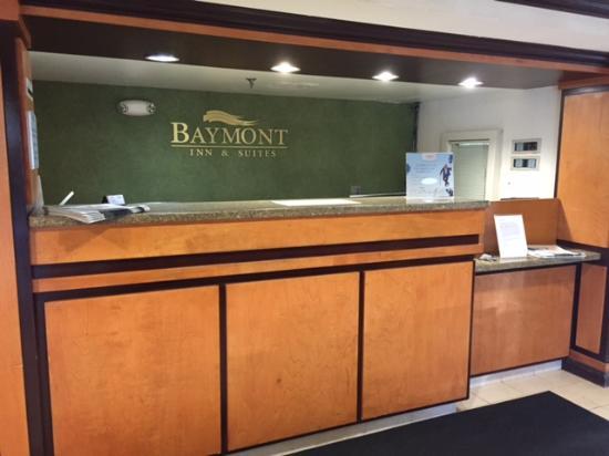 Baymont Inn & Suites Auburn Hills: Front Desk