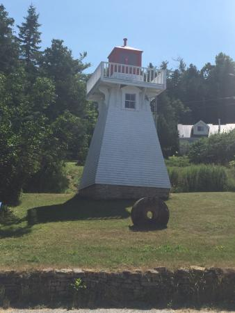 Kagawong, Kanada: Beautiful view of the islands and a nice beach with a park for the kids.  The lighthouse is very