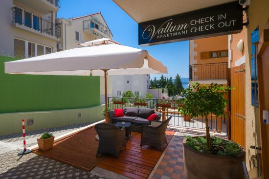 Vallum Apartments: Vallum check in