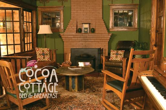 Cocoa Cottage Bed and Breakfast: Relax in the period authentic Arts and Crafts Living room.