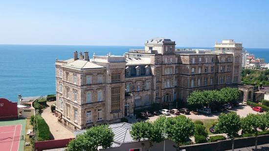 Vue en face sur une magnifique r sidence l 39 oc an en fond for Hotels 3 etoiles biarritz