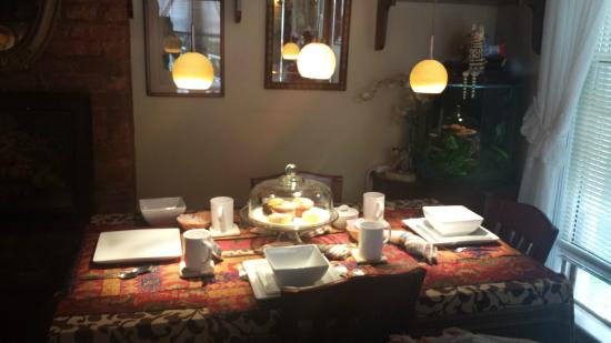 Village Green Bed and Breakfast: Dining area