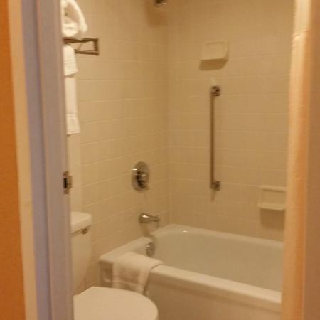 Holiday Inn Nashua: smallish bathroom