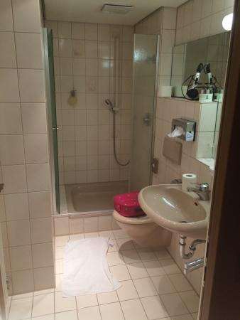 Schönbuch Hotel: Leider ein noch nicht renoviertes Zimmer, Einzelbett von Länge sehr kurz, da von 3 Seiten mit Ho