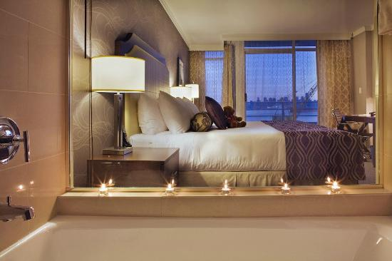 Pinnacle Hotel At The Pier: Deluxe King Harbour View Room With King Bed