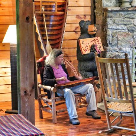 Deerwoode Lodge & Cabins: Playing dulcimers on a very rainy day in the Coyote Lodge