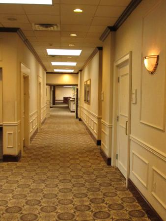 Radisson Hotel-Utica Centre : Corridor between lobby and banquet rooms