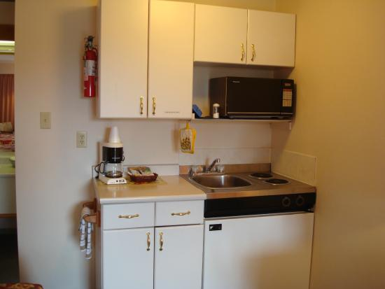 Ocean Crest Motel: Kitchenette area