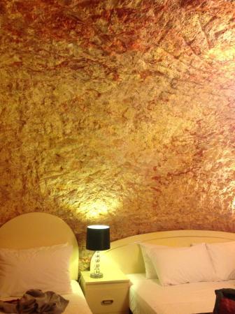 The Lookout Cave Underground Motel: Beautiful underground accomodatio