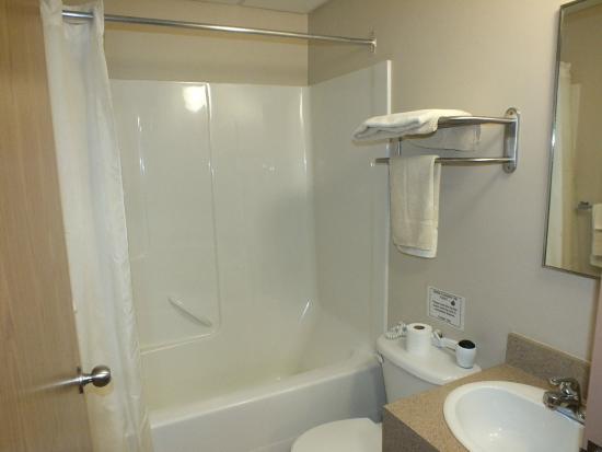 Pond Inlet, كندا: Sauniq hotel Inns North Pond Inlet suite bathroom