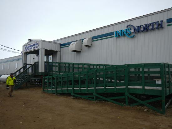 Pond Inlet, كندا: Front entrance of Sauniq hotel Inns North Pond Inlet