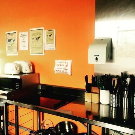 St. Kilda Beach House: Hostel Kitchen