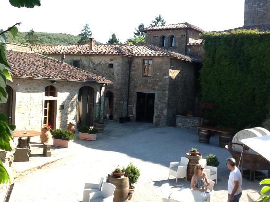 Fattoria Castelvecchi: Courtyard