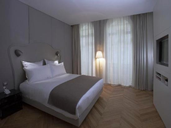 Nell Hotel & Suites: Comfotable bedroom