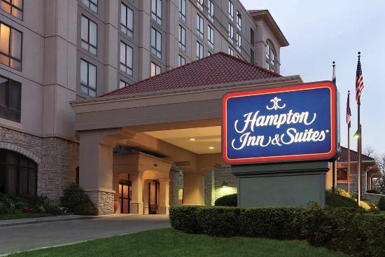 Hampton Inn & Suites Kansas City Country Club Plaza: Exterior