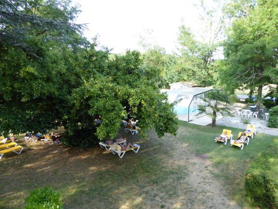 Hôtel Les Cèdres : Vue de notre chambre: la piscine et le parc