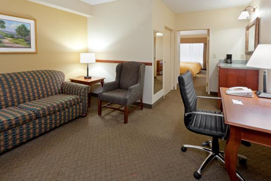 Country Inn & Suites By Carlson, Newark Airport: CountryInn&Suites NewarkArpt  Suite