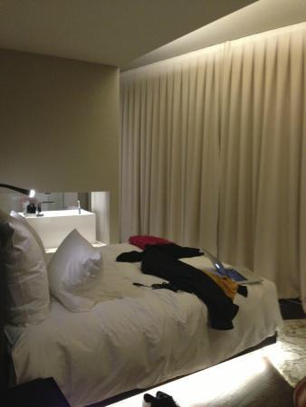 Zimmer im Altbau zum Rückseite des Hotels - kleines Fenster über ...