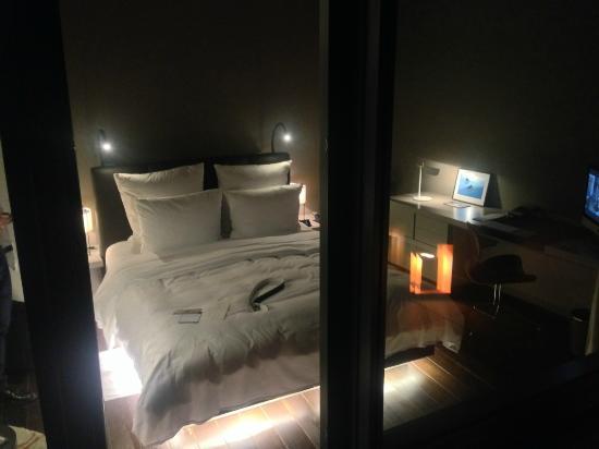 Embassy Zimmer 5. OG - Bilck von der Terrasse aufs Bett - Bild von ...