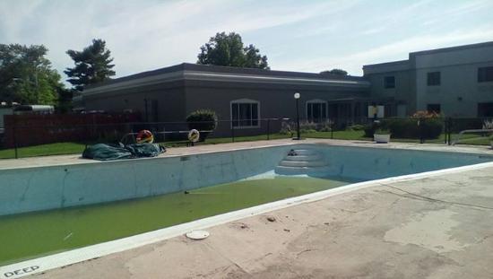 Days Inn Batavia Darien Lake Theme Park : Anyone want to go swimming?