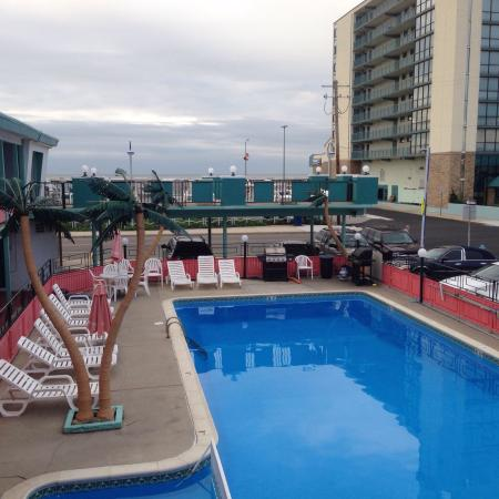 Lu Fran Motel: Very cute 60's retro with a view of the ocean and access to the boardwalk