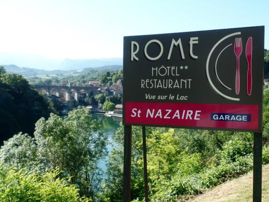 Hotel Restaurant Rome : sign of the hotel and in the rear the hotel and the aqueduct