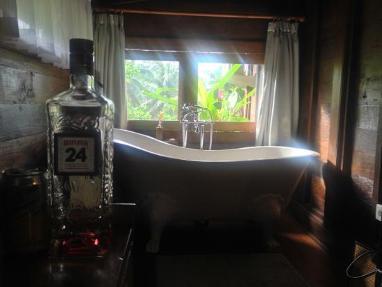 Amori Villas: Villa bath