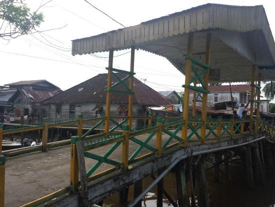 Jami Mosque : jembatan ke arah masjid