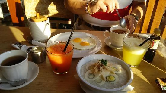 Kakiang Bungalows: カキアンベーカリーでの朝食です。