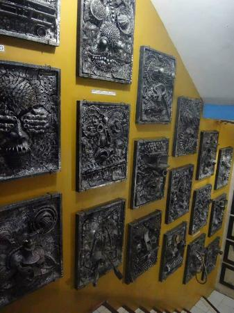 Ponce Suites Gallery Hotel: The artworks on the wall in the stairs