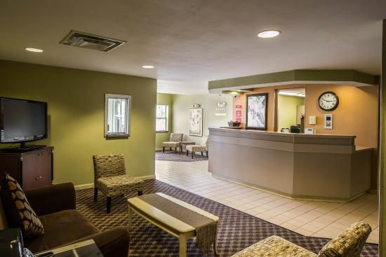 Econo Lodge Inn and Suites: Interior