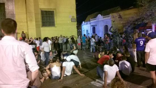 Hotel Casa Pedro Romero: Plaza de la Trinidad a noite. Sempre cheia