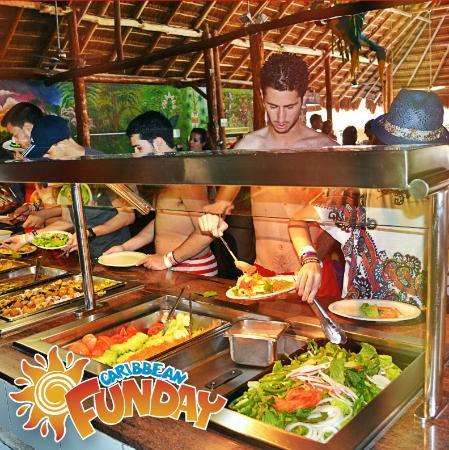Caribbean Funday: Tenemos un delicioso buffet que podrás disfrutar con tu familia.