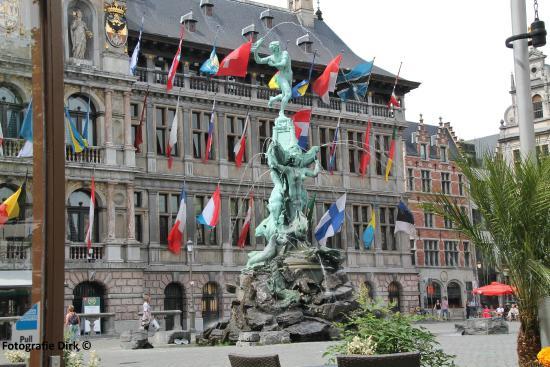 Arass Hotel & Business Flats: Het stadhuis van Antwerpen  op de Grote Markt