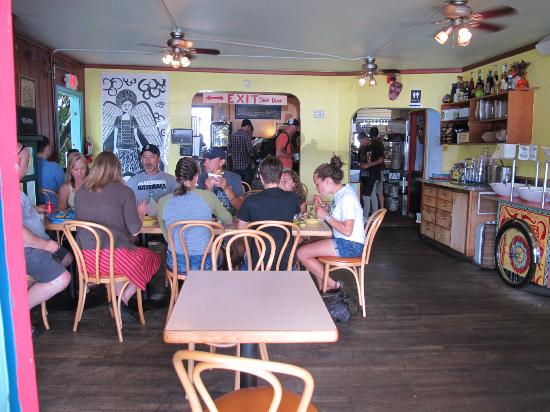 Agua Verde Cafe: indoor seating and ordering area