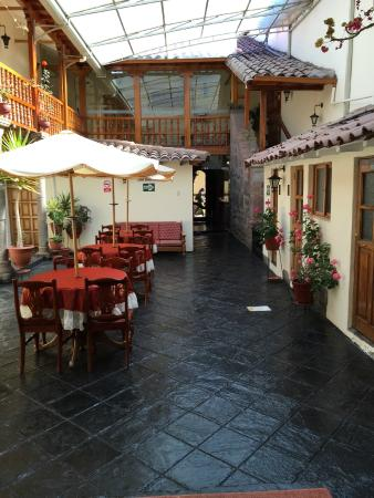 Midori Hotel: Interior courtyard