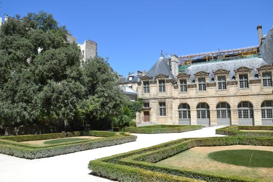 front photo de jardin de l 39 hotel de sully paris. Black Bedroom Furniture Sets. Home Design Ideas